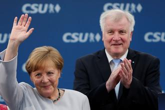 Канцлер Германии и председатель Христианско-демократического союза (ХДС) Ангела Меркель и глава Христианско-социального союза (ХСС) Хорст Зеехофер во время фестиваля в Мюнхене, Германия, 28 мая 2017 года