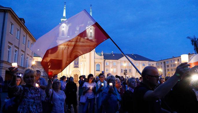 Участники митинга против юридических реформ перед зданием Верховного суда в Варшаве, июль 2017 года