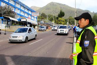Сотрудник дорожной полиции Эквадора около здания госпиталя в Кито, 2010 год