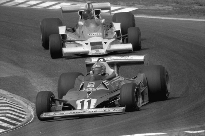 Ники Лауда за рулем Ferrari и Джеймс Хант за рулем McLaren во время Гран-При ФРГ на трассе Хоккенхаймринг, 1977 год