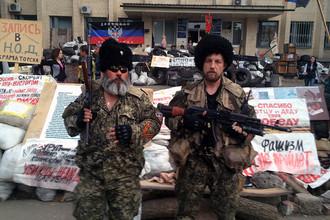 Комендант Бабай (слева)
