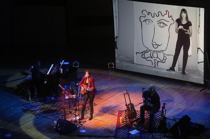Певица Карла Бруни-Саркози во время выступления в ММДМ