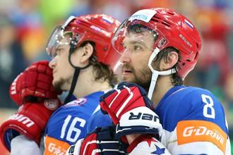 Александр Овечкин (справа) очень хотел помочь сборной в решающих матчах ЧМ, но в финале Канада оказалась сильнее на голову