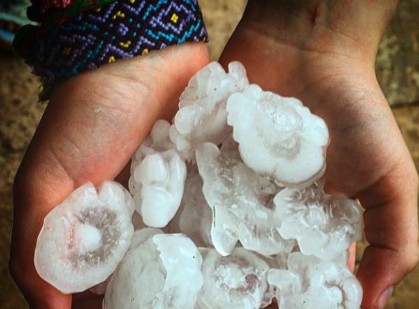 В Подмосковье #дождь и #град. Вот такие орудия смерти летают . Жаль Мартини нет, а то лед уже готов #страшнаякрасота #ад #rain