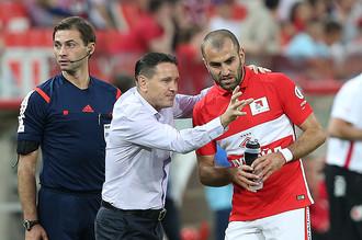 Дмитрий Аленичев дает по ходу матча наставления Юре Мовсисяну