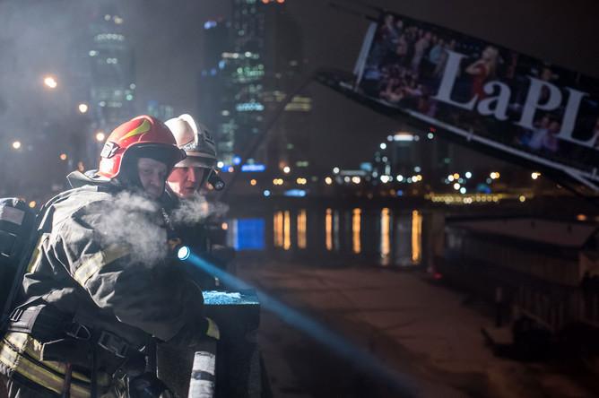 Ликвидация пожара на трехпалубном металлическом дебаркадере на набережной Тараса Шевченко
