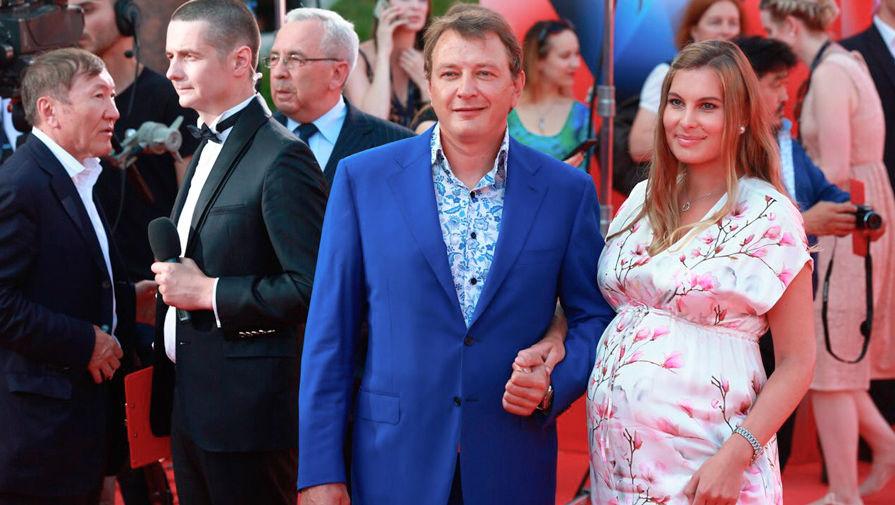 Супруга Марата Башарова Елизавета подала на развод после побоев