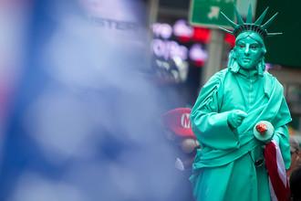 Человек в костюме Статуи Свободы на площади Таймс-сквер в центре Нью-Йорка, США