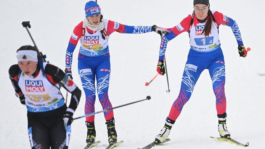 Справа-налево: Ульяна Кайшева и Светлана Миронова (Россия) на дистанции смешанной эстафеты на чемпионате мира по биатлону в словенской Поклюке, 10 февраля 2021 года