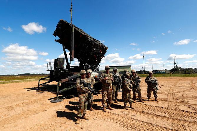 Американские военнослужащие около противоракетного комплекса Patriot во время учений на авиабазе около города Шяуляй в Литве, июль 2017 года