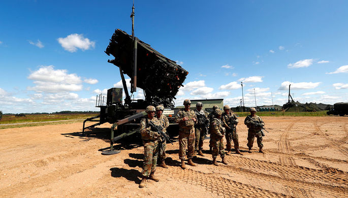 Американские военнослужащие около противоракетного комплекса Patriot во время учений на авиабазе...