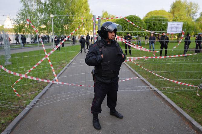 Сотрудник полиции во время протестной акции против строительства храма Святой Екатерины у театра драмы в Екатеринбурге, май 2019 года