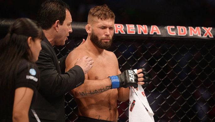 Закидали бутылками: беспорядки на турнире UFC