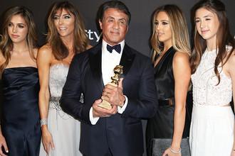 Сильвестр Сталлоне c «Золотым глобусом» за лучшую мужскую роль в фильме «Крид: Наследие Рокки» в компании жены Дженнифер Флэвин (вторая слева) и дочерей, 2016 год