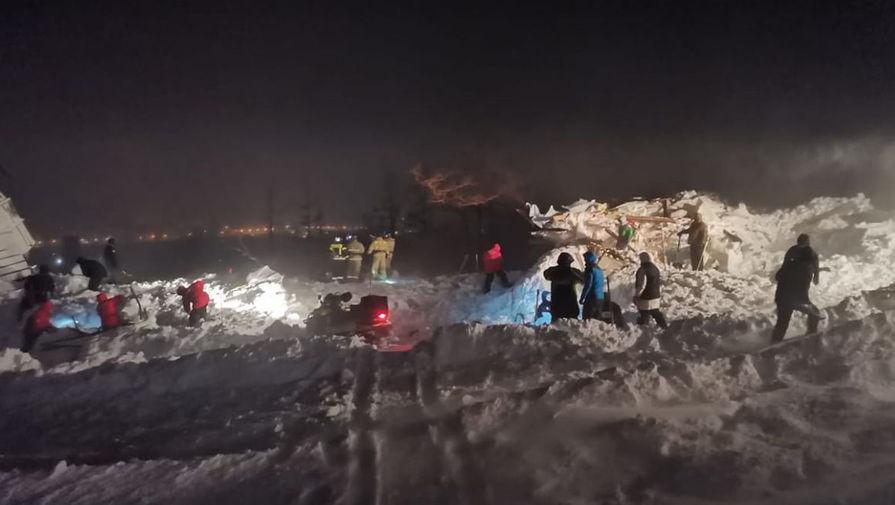 Поисково-спасательные работы на месте схода лавины на горнолыжный комплекс «Гора Отдельная» в Норильске, 9 января 2021 года