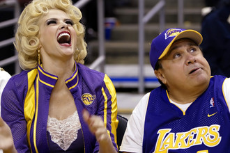 Анна-Николь Смит и актер Дэнни Де Вито на матче «Лос-Анджелес Лейкерс», 2004