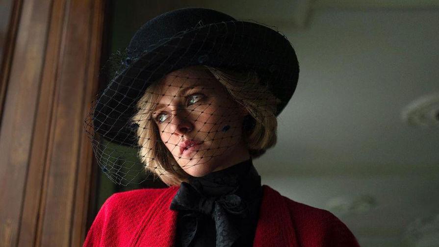Актриса Кристен Стюарт в фильме «Спенсер» (2021). Съемки фильма уже стартовали. Изначально англичан возмутил выбор Кристен Стюарт для роли принцессы Дианы из-за ее американского акцента. «Акцент чертовски меня пугает, потому что люди знают этот голос, он настолько отчетливый и особенный… » Известно, что актриса занимается с педагогом, который помогает поставить ей речь. Стюарт призналась, что она «давно не была так воодушевлена той ролью, которую предстоит исполнить»