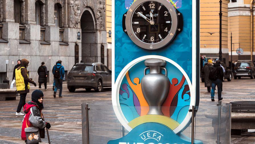 Часы обратного отсчета времени до чемпионата Европы по футболу 2020 на Большой Морской улице в Санкт-Петербурге.