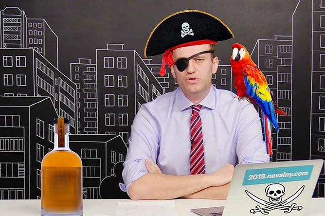 Политик Алексей Навальный в выпуске своей программы «Навальный LIVE» 4 мая 2017 года и пиратские атрибуты, коллаж