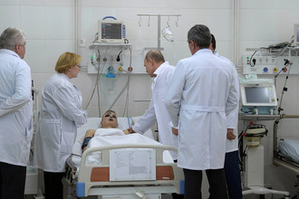 Президент России Владимир Путин во время помещения больницы, где находятся пострадавшие при пожаре в ТЦ «Зимняя вишня» в Кемерово, 27 марта 2018 года
