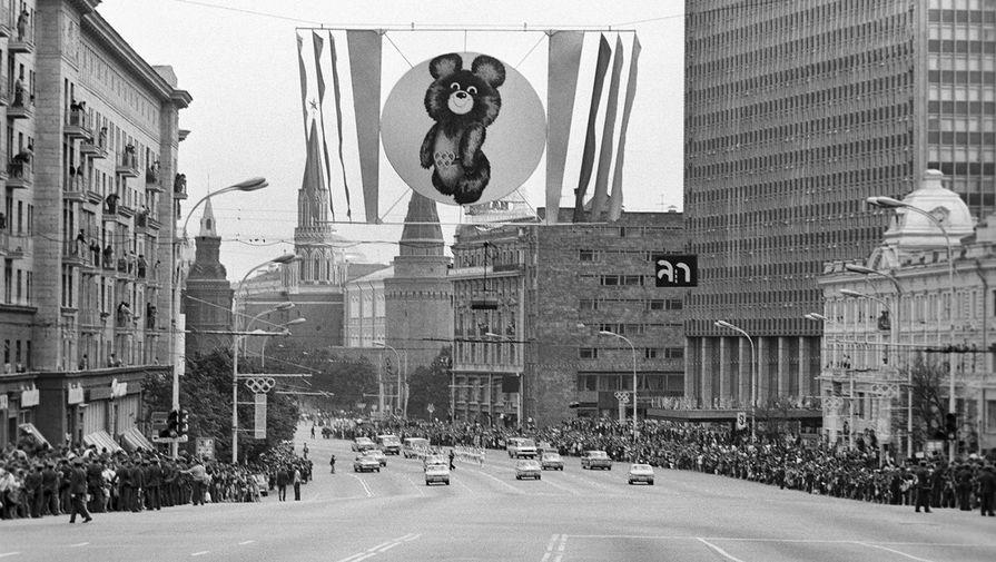 Эстафета олимпийского огня на улице Горького (сейчас ул. Новый Арбат) в Москве, 18 июля 1980 года