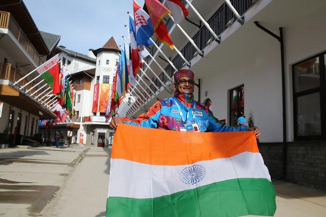 Церемония поднятия флага Индии проходит в горной Олимпийской деревне в Сочи. На этой неделе МОК вернул НОК Индии членство в организации, и индийские спортсмены получили возможность выступать на Олимпиаде в Сочи под своим флагом