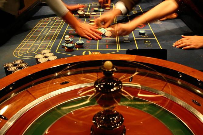 Открыть казино в игровой зоне декорации в стиле казино рояль