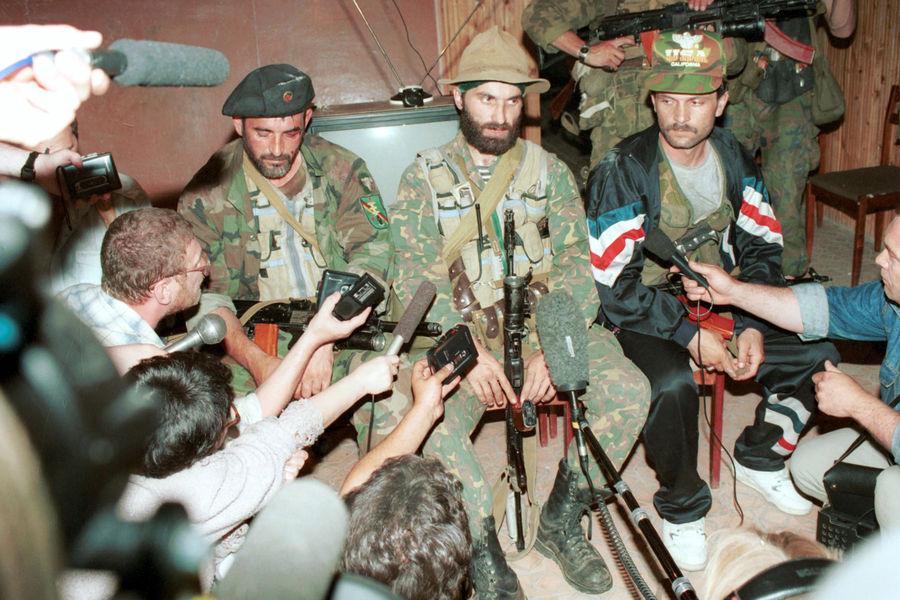 Руководитель террористов Шамиль Басаев дает пресс-конференцию вбуденновской больнице, 1995год