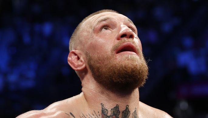 Чемпион мира UFC в легком весе Конор Макгрегор во время боя с чемпионом мира по боксу Флойдом...