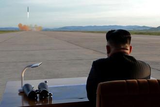 Высший руководитель КНДР Ким Чен Ын во время запуска ракеты «Хвасон-12». Фотография опубликована агентством ЦТАК в сентябре 2017 года