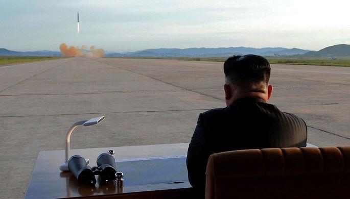 Высший руководитель КНДР Ким Чен Ын во время запуска ракеты «Хвасон-12». Фотография...