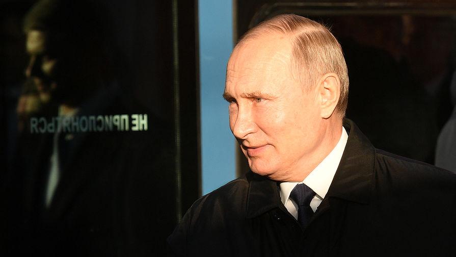 Президент России Владимир Путин на Белорусском вокзале перед началом церемонии открытия движения по первым маршрутам МЦД, 21 ноября 2019 года