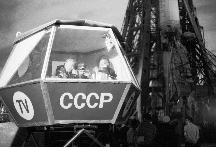 Телевизионные комментаторы Юрий Фокин (слева), Владимир Панарин (справа) и летчик-космонавт Владимир Шаталов (в центре) в специальной кабине ведут репортаж со стартовой площадки накануне запуска космического корабля «Союз-9», 1970 год