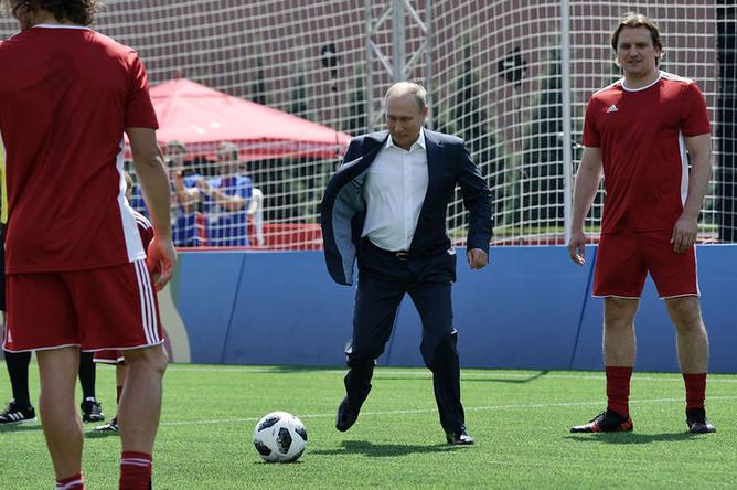 Президент России Владимир Путин во время посещения тематического парка футбола чемпионата мира на Красной площади в Москве, 28 июня 2018 года