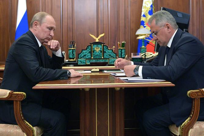 Президент России Владимир Путин и министр обороны Сергей Шойгу во время совещания в связи с гибелью моряков-подводников, 2 июля 2019 года