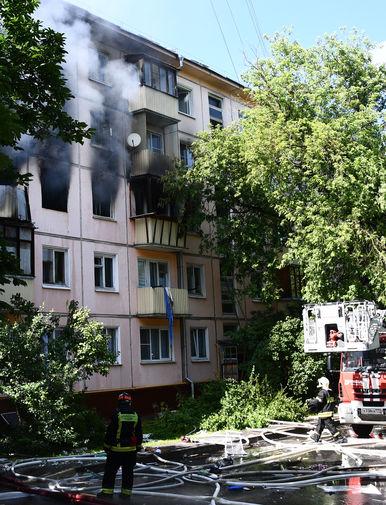 Сотрудники противопожарной службы у жилого дома на северо-востоке Москвы, 29 июня 2020 года