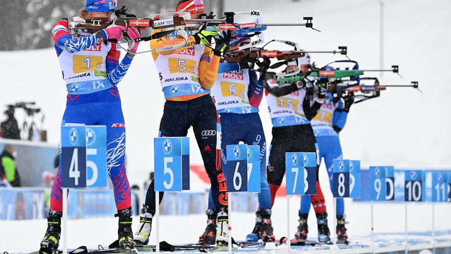 Спортсмены на огневом рубеже смешанной эстафеты на чемпионате мира по биатлону в словенской Поклюке. Слева- Светлана Миронова (Россия), 10 февраля 2021 года