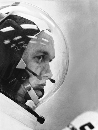 Астронавт Майкл Коллинз в космическом шлеме перед полетом на Луну на корабле «Аполлон-11».