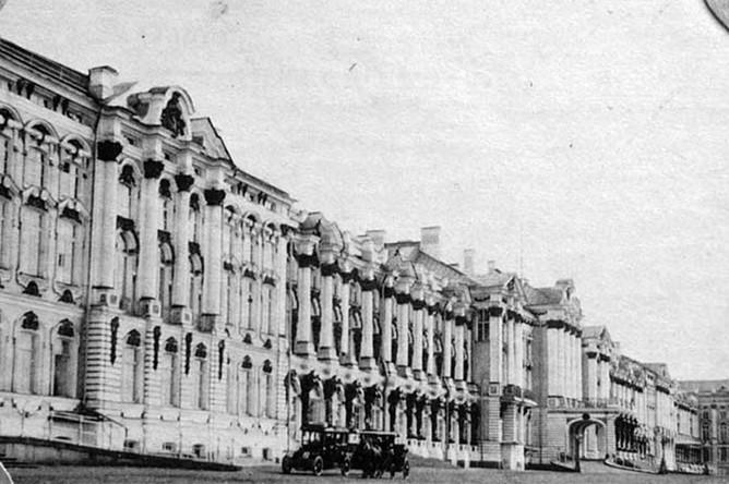 <b>Царское Село</b> — сюда Николай II хотел приехать из Могилева, чтобы лично проследить за подавлением революции. Однако самодержец сюда так и не доехал. 28 февраля здесь взбунтовались гвардейцы местного гарнизона.
