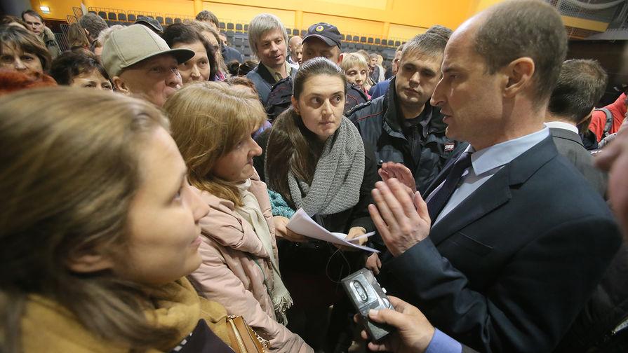 Префект Юго-Западного округа города Москвы Олег Волков (справа) на встрече с жителями округа по...