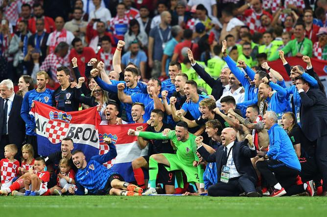Игроки сборной Хорватии радуются победе в полуфинальном матче чемпионата мира по футболу между сборными Хорватии и Англии, 11 июля 2018 года