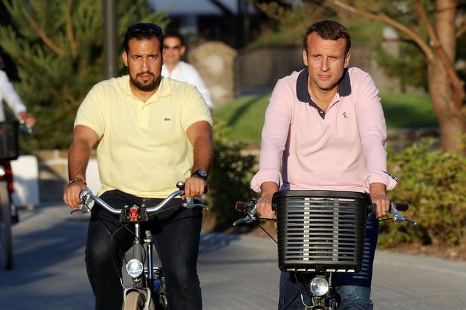 Президент Франции Эммануэль Макрон и его личный охранник Александр Беналла (слева)