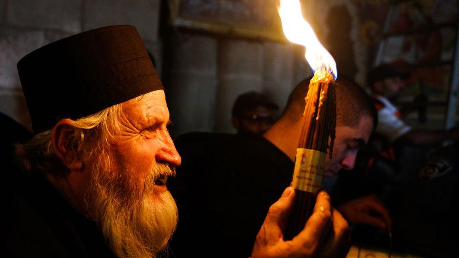 Верующие празднуют схождение Благодатного огня накануне православной Пасхи в храме Гроба Господня в Иерусалиме, 27 апреля 2019 года