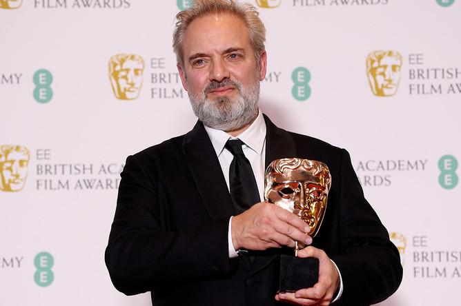 Режиссер Сэм Мендес с призом за свой фильм «1917» на 73-й церемонии вручения наград премииBAFTA, Лондон, 2 февраля 2020 года