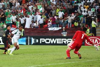 Эрик Агирре (слева, в темной форме) забивает мяч в свои ворота