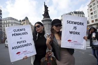 Французские проститутки требуют не отбирать у них работу