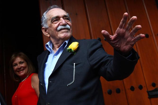 Габриэль Гарсия Маркес приветствует поклонников и журналистов, собравшихся у дома писателя в честь его дня рождения, 2014 год