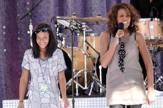 Уитни Хьюстон и Бобби Кристина Браун во время выступления в Централ-парке в Нью-Йорке, 2009 год
