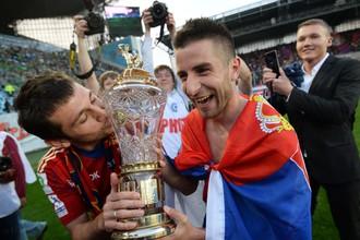 Зоран Тошич с кубком за победу в РФПЛ после матча с «Локомотивом» в 2014 году, в котором он забил единственный гол, в компании Алана Дзагоева (слева)