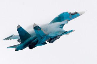 Российский многофункциональный истребитель-бомбардировщик Су-34 на Международном авиационно-космическом салоне МАКС-2017 в Жуковском, 22 июля 2017 года
